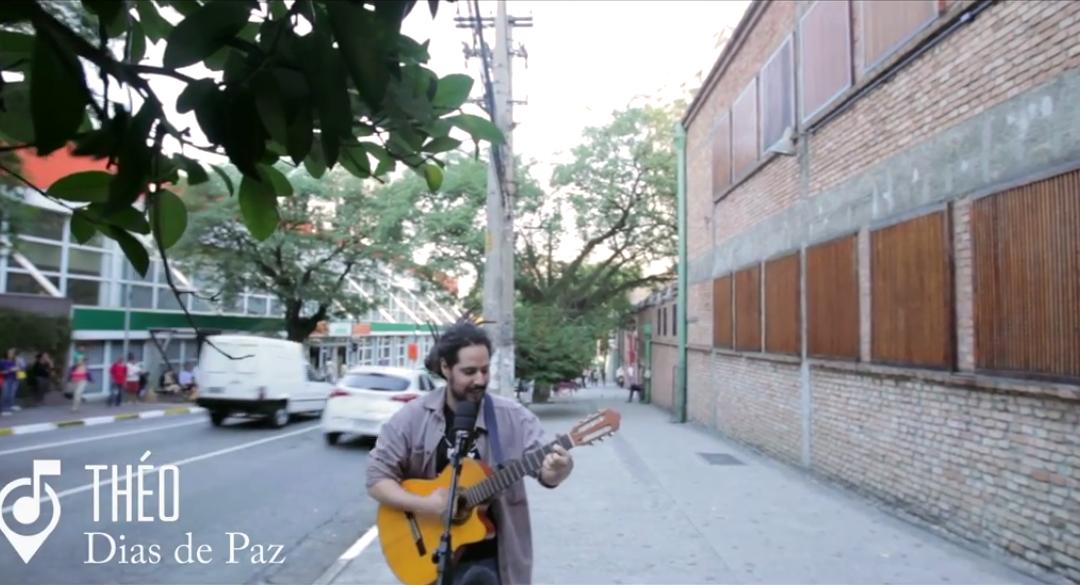 """Théo canta """"Dias de Paz"""" no #projetonarua"""
