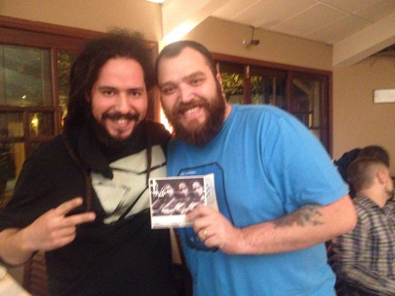 Presenteando o Fernando Tadeu com meu EP =) (foto: Priscila Cunha)