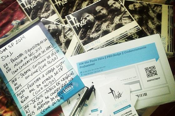 Pronto para o primeiro dia: bloco de notas, credencial, cartões e CDs, tudo pronto.