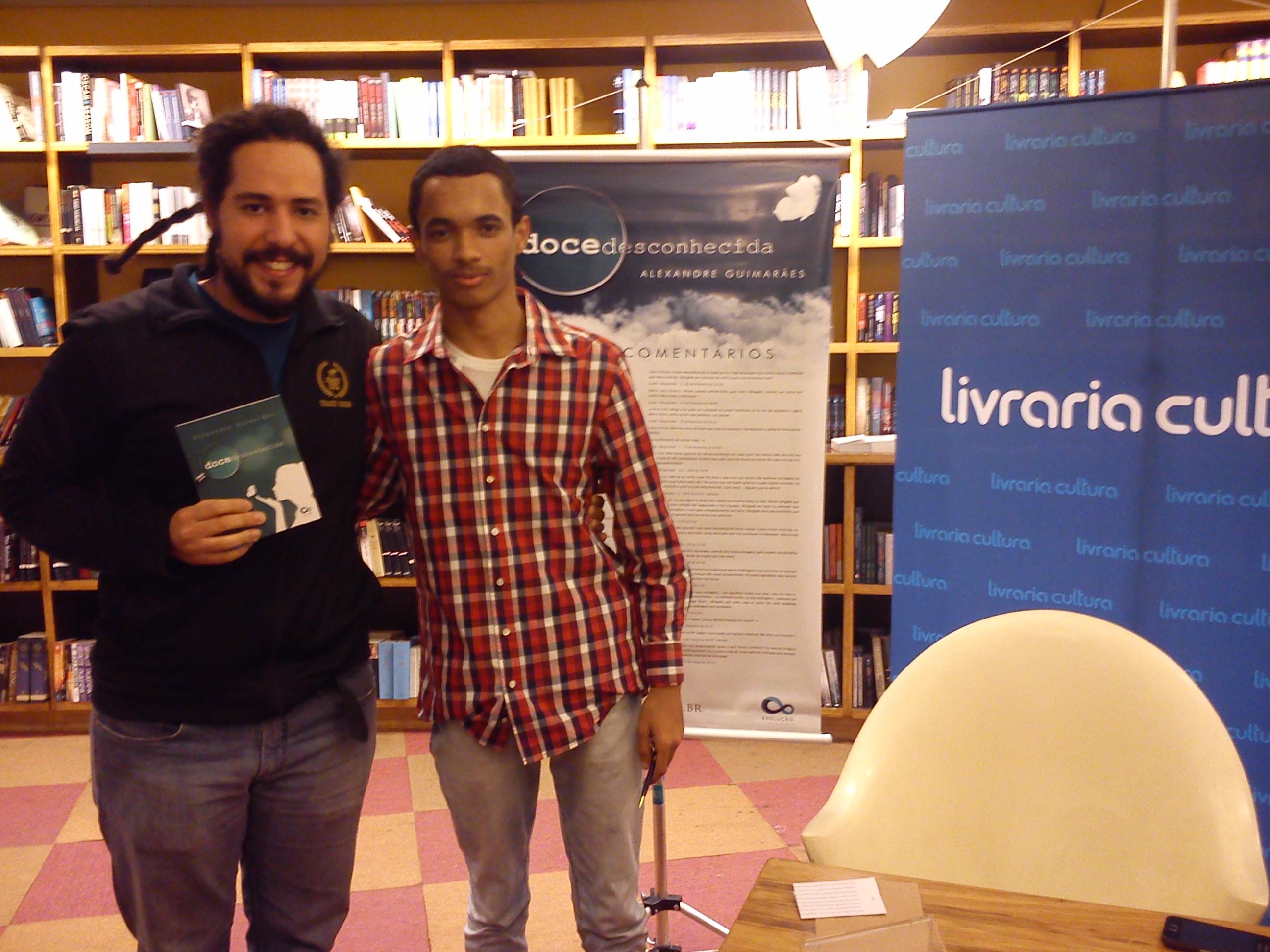Eu e o escritor Alexandre Guimarães (foto por Jefson Raulino)