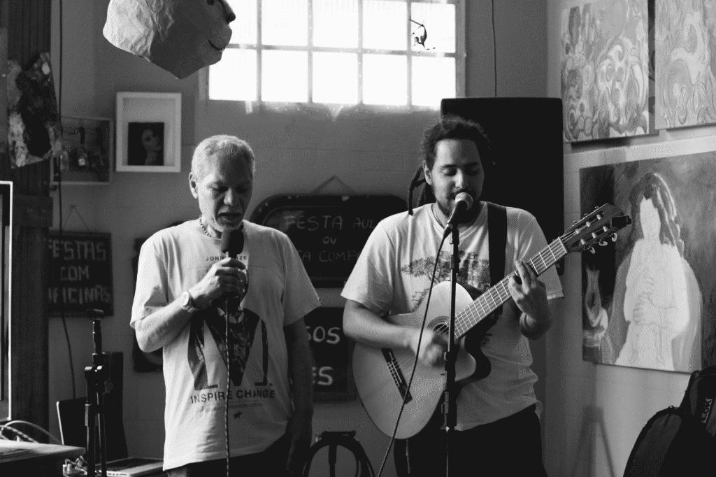 """Meu pai e eu cantando """"Criança"""" / Foto por Priscila Cunha"""