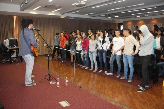 """Todos de pé e cantando """"Dias de Paz"""" (por Silvia Peres)"""
