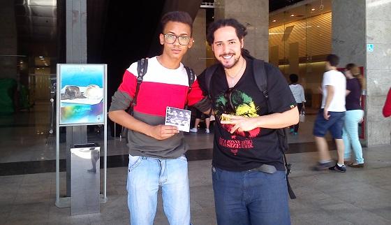 """Victor com o EP """"Dias de Paz"""" / Foto: por transeunte gentil na Av. Paulista"""